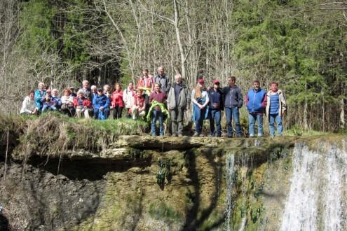 """Die Wandergruppe am """"Wasserfall"""" im Tal der Schlichem"""